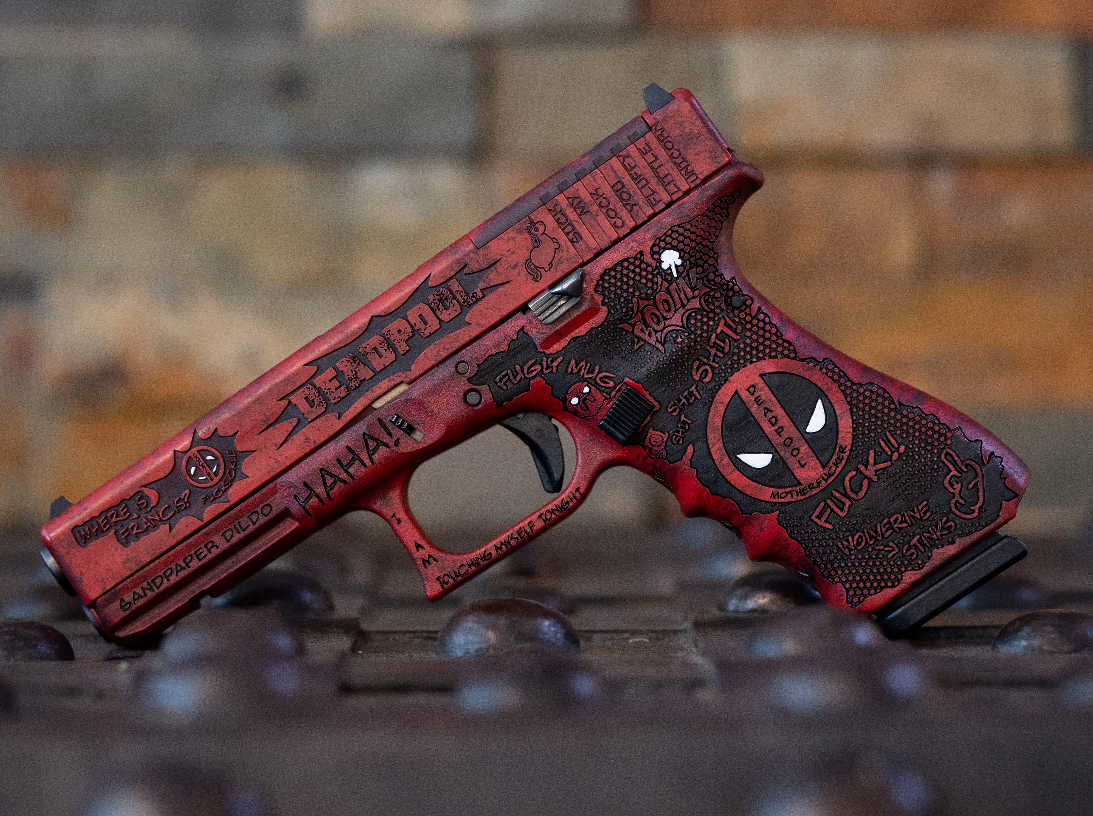 Deadpool Glock Cerakote Pistole beschichten themenwaffe lasergravuren auf schlitten und griffstück stippling laserstippling verex tactical